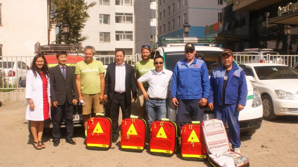 Der Direktor vom Rettungsdienst von Ulan-Bator empfängt fünf PAX-Rettungsrucksäcke.