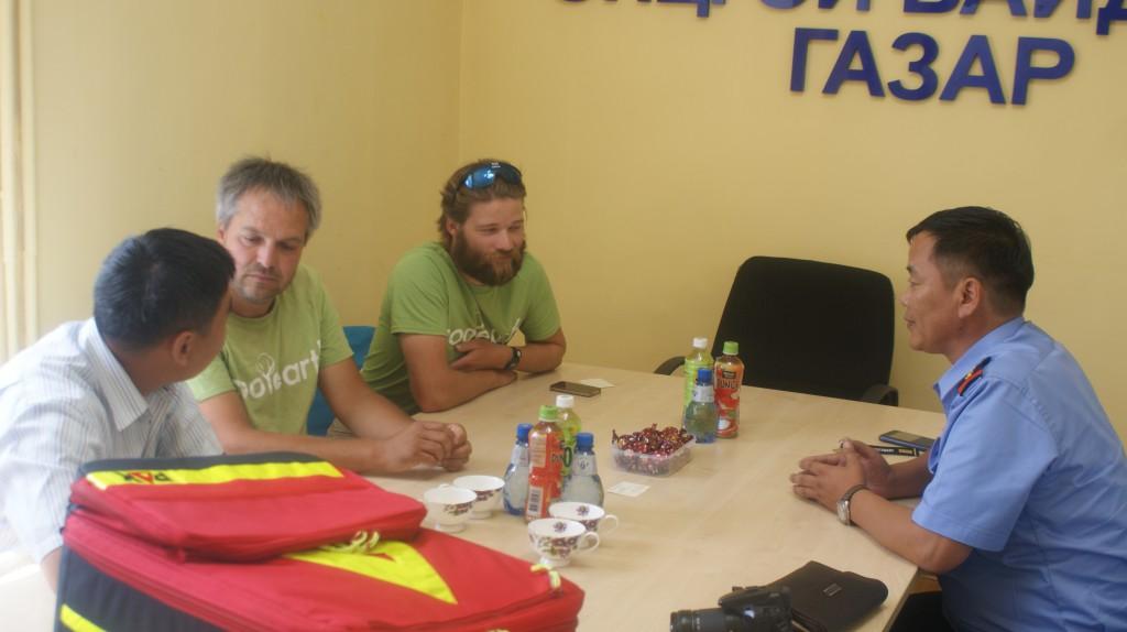 Der Leiter des Katastrophenschutzes in Ulan-Bator erklärt dem Team Fritz die Aufgaben seiner Einheit.