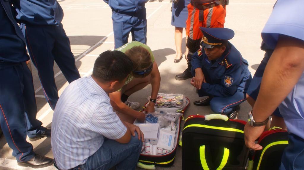 Der Leiter vom Katastrophenschutz von Ulan-Bator lässt sich einen der fünf PAX-Rettungsrucksäcke erläutern.
