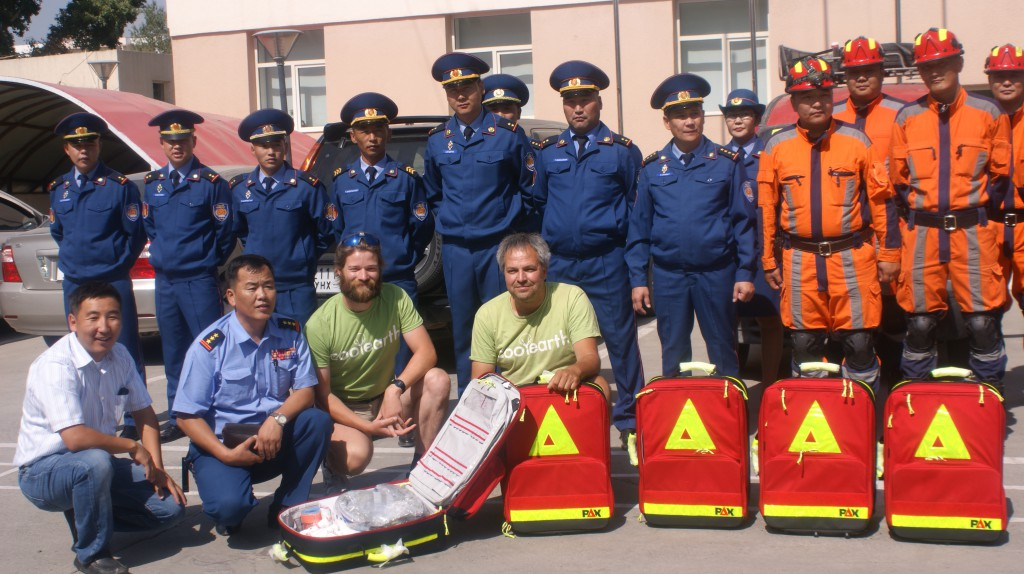 Der Leiter des Katastrophenschutzes von Ulan-Bator empfängt fünf PAX-Rettungsrucksäcke.