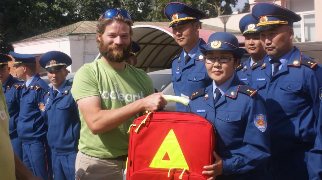 Der Leiter des Katastrophenschutzes von Ulan-Bator empfängt fünf PAX-Rettungsrucksäcke.(hier exemplarisch an eine Mitarbeiterin).