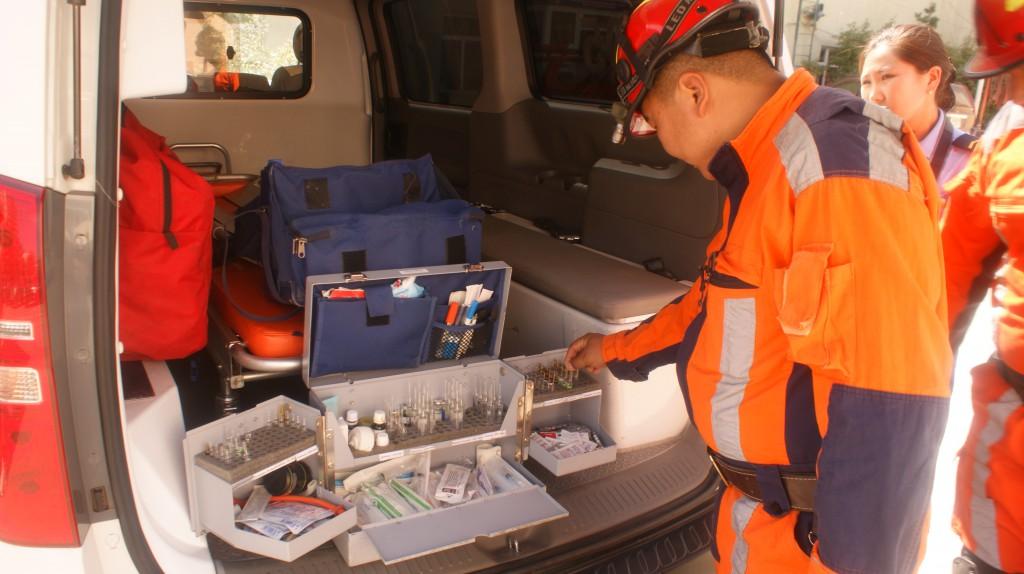 Der leitende Arzt des Katastrophenschutzes von Ulan-Bator zeigt das bisher eingesetzte Equipment.