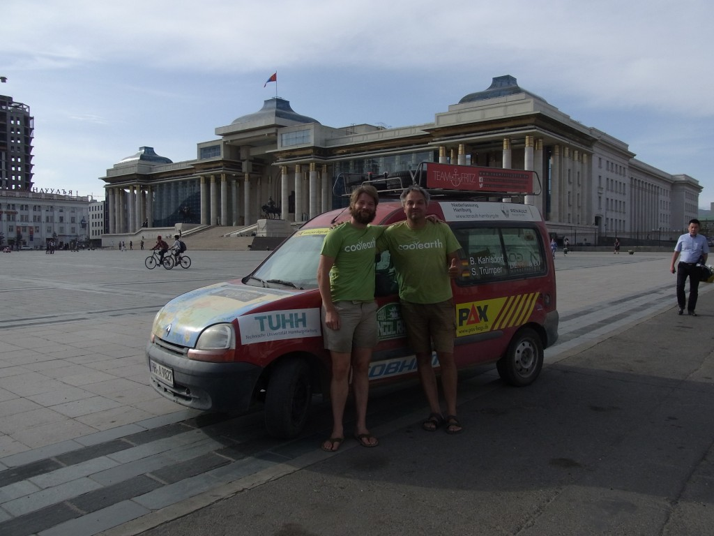 Team Fritz  in Ulan-Bator vor dem Parlament