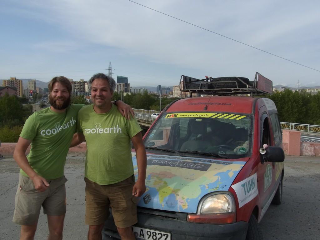 Team Fritz vor der Skyline von Ulan-Bator